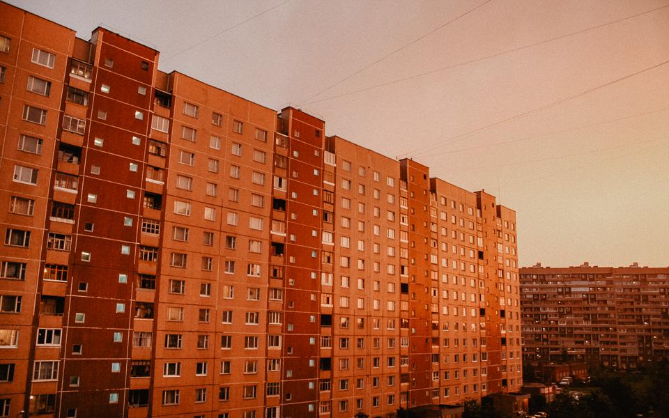 Красный закат над домами